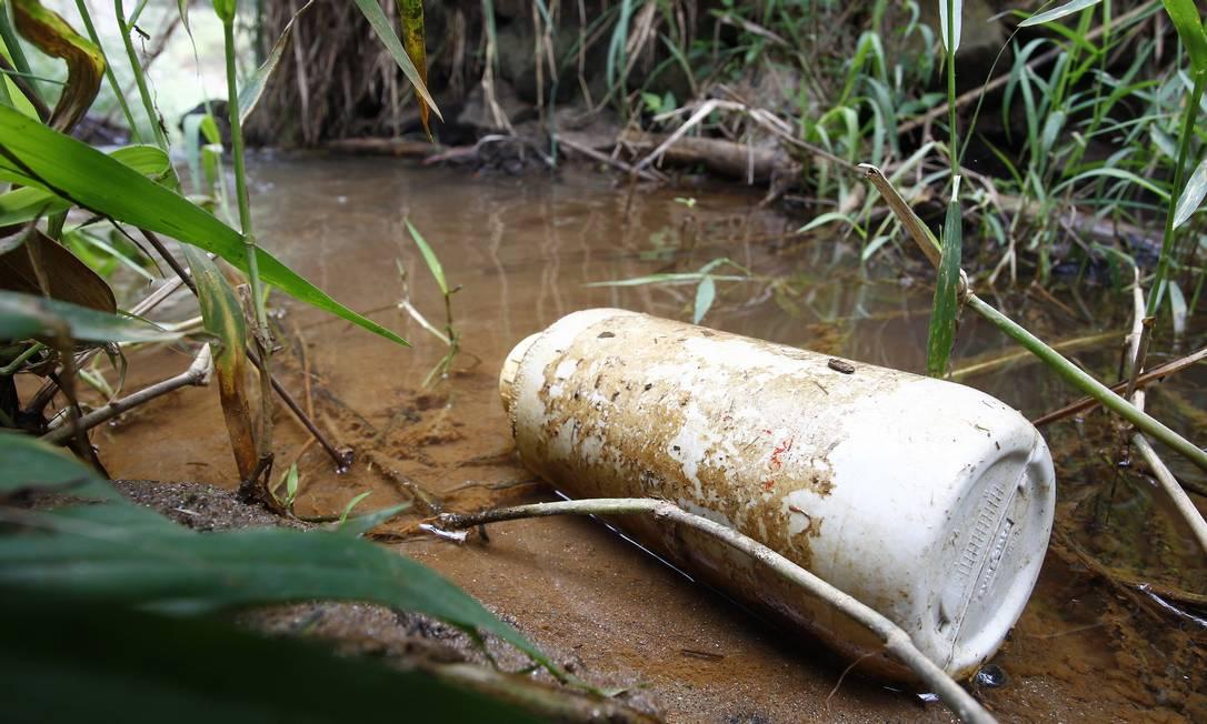 Embalagem de agrotóxico em rio de Teresópolis Foto: Pablo Jacob / O Globo