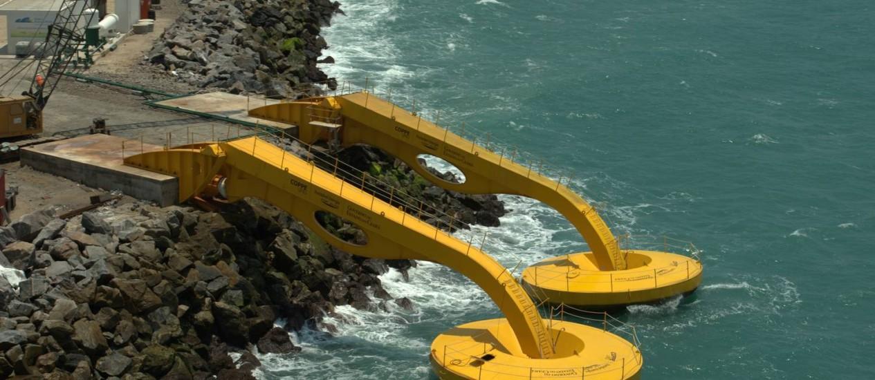 Dois flutuadores formam o primeiro módulo da usina de ondas da América Latina Foto: Divulgação
