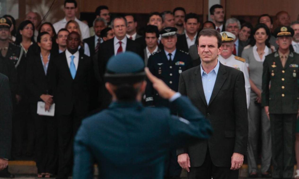 O prefeito do Rio, Eduardo Paes, é cumprimentado por oficial das Forças Armadas durante a cerimônia de entrega do Riocentro à ONU Foto: Pedro Kirilos / Agência O Globo