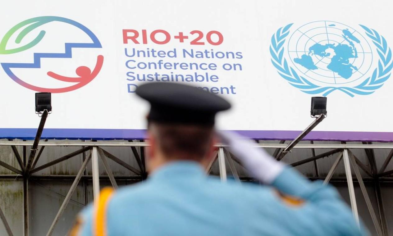 Oficial da força de segurança da ONU em posição de continência Foto: Pedro Kirilos / O Globo
