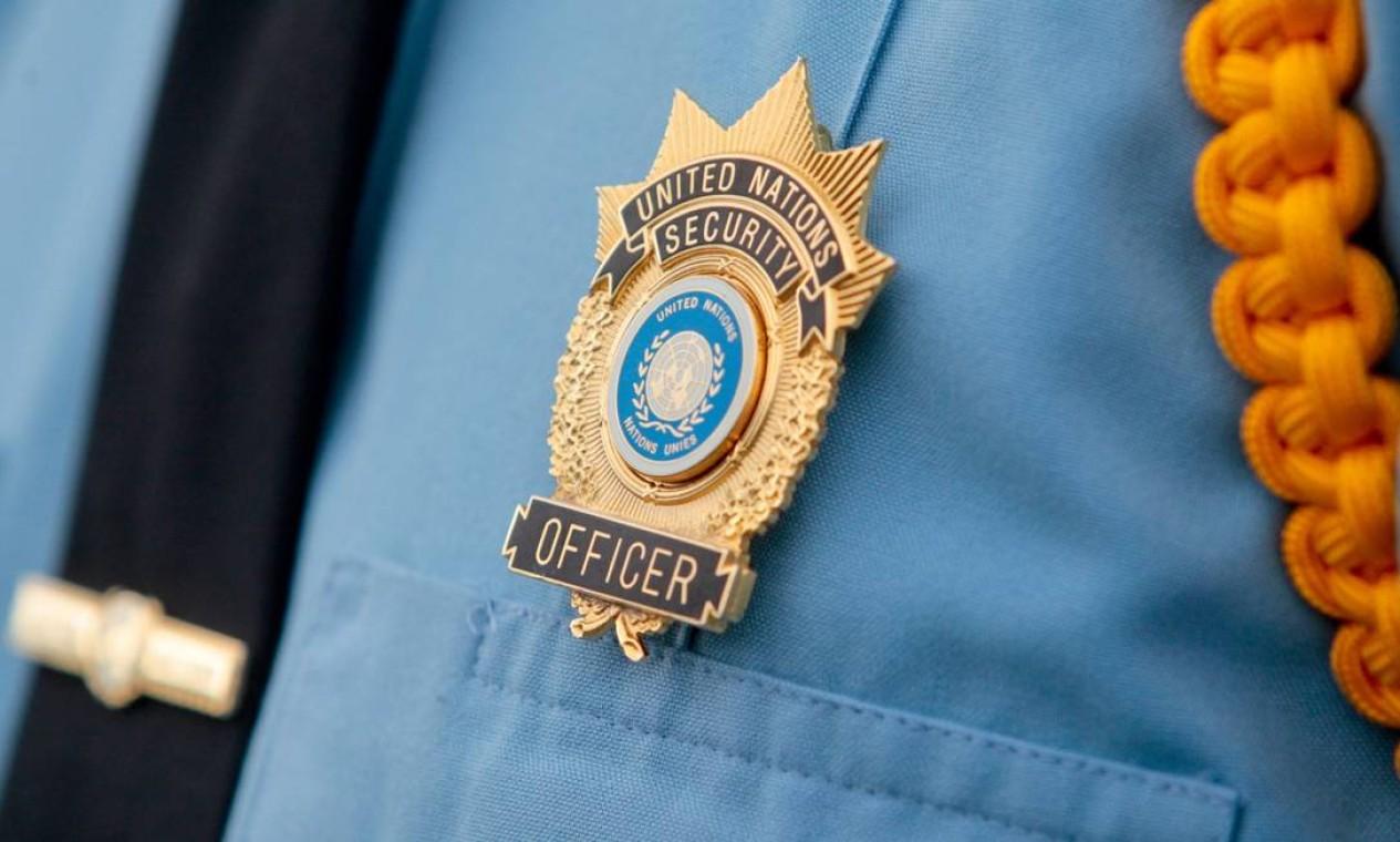 Detalhe da insígnia do oficial da força de segurança da ONU Foto: Pedro Kirilos / O Globo