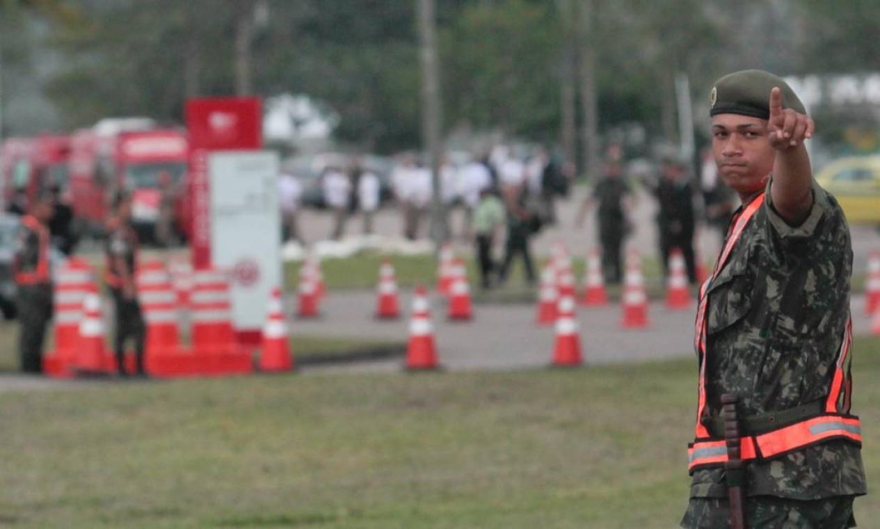 O soldado do Exército cuida da segurança no perímetro externo do Riocentro Foto: Pedro Kirilos / O Globo