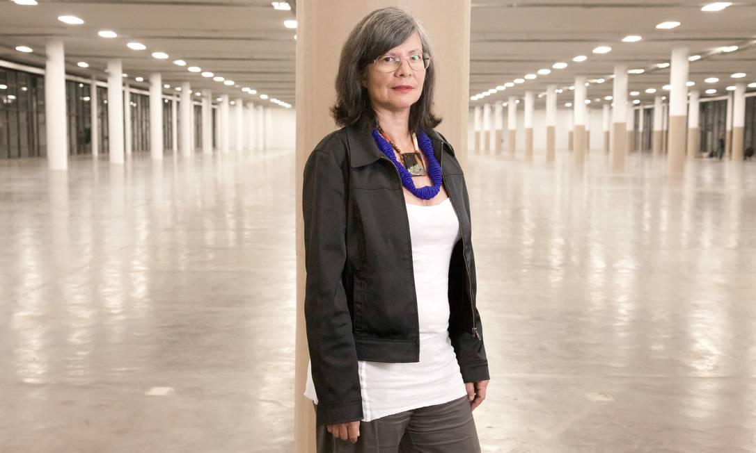 Maria Thereza Alves no pavilhão da Bienal de SP, onde fez sua única exposição no Brasil, em 2010 Foto: Carlos Cecconello/ Folhapress