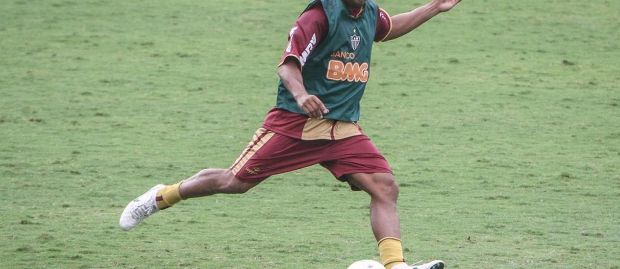 Ronaldinho Gaúcho treina finalização na Cidade do Galo, antes de saber que não iria poder estrear contra o Bahia Foto: Divulgação/Atlético-MG