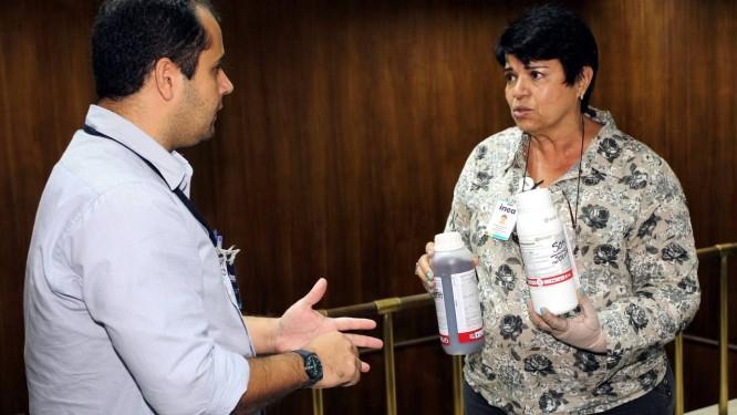 Jussara Nogueira, do Inea, recebe agrotóxicos comprados sem nota fiscal Foto: Cezar Loureiro / O Globo