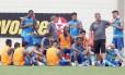 Oswaldo de Oliveira conversa com jogadores no Engenhão