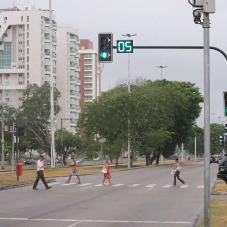 Os temporizadores digitais, instalados no ano passado nos semáforos desapareceram na Avenida das Américas Foto: Antero Gomes - 28/02/2011 / O Globo