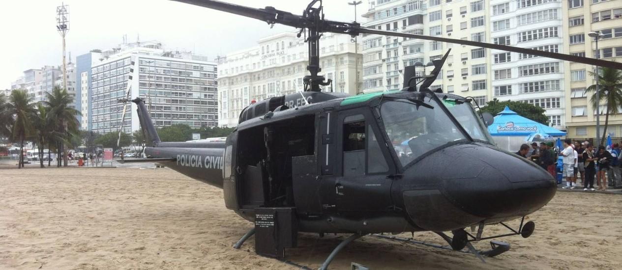 Helicóptero da Polícia Civil pousa na Praia de Copacabana Foto: Eu-Repórter / Foto do leitor Roberto Simões