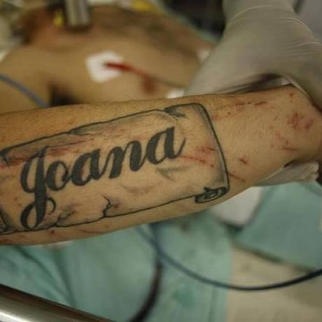 """O braço do rapaz com o nome """"Joana"""" tatuado Foto: Reprodução internet"""