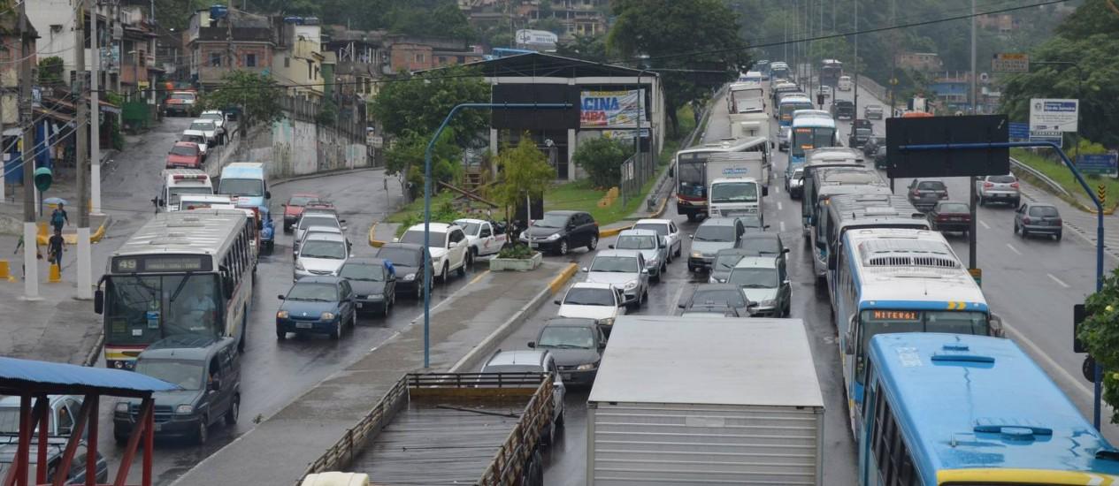 Alameda São Boa Ventura, na saída da Ponte Rio-Niterói, também está engarrafada nesta quinta-feira Foto: Lucas Tavares / Agência O Globo