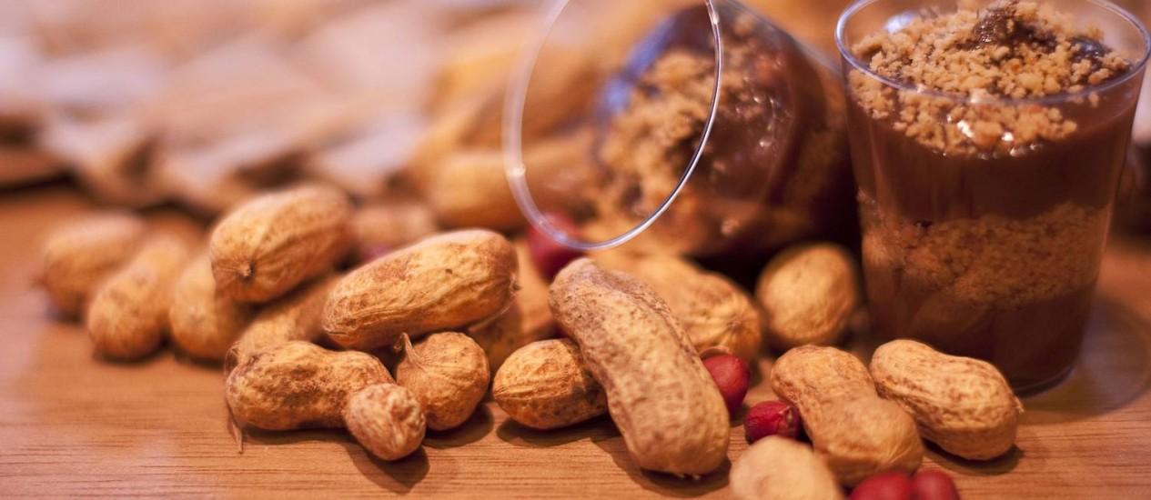 O óleo é a parte mais saudável do amendoim, por isso evite versões com menos gordura e modere nas porções diárias Foto: Divulgação