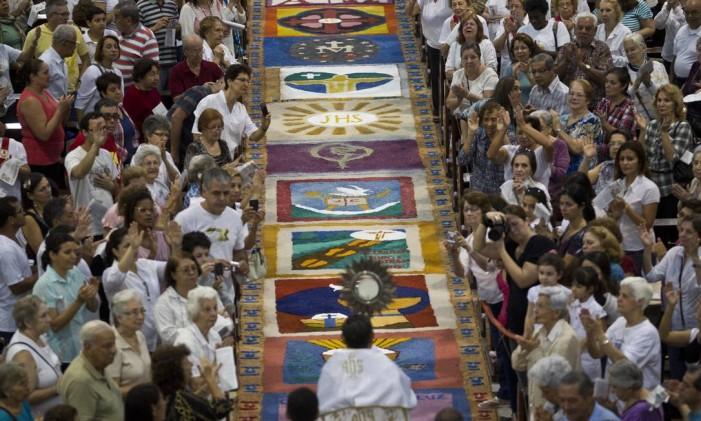 Os tapetes de sal, uma tradição do feriado de Corpus Christi Foto: Márcia Foletto / O Globo