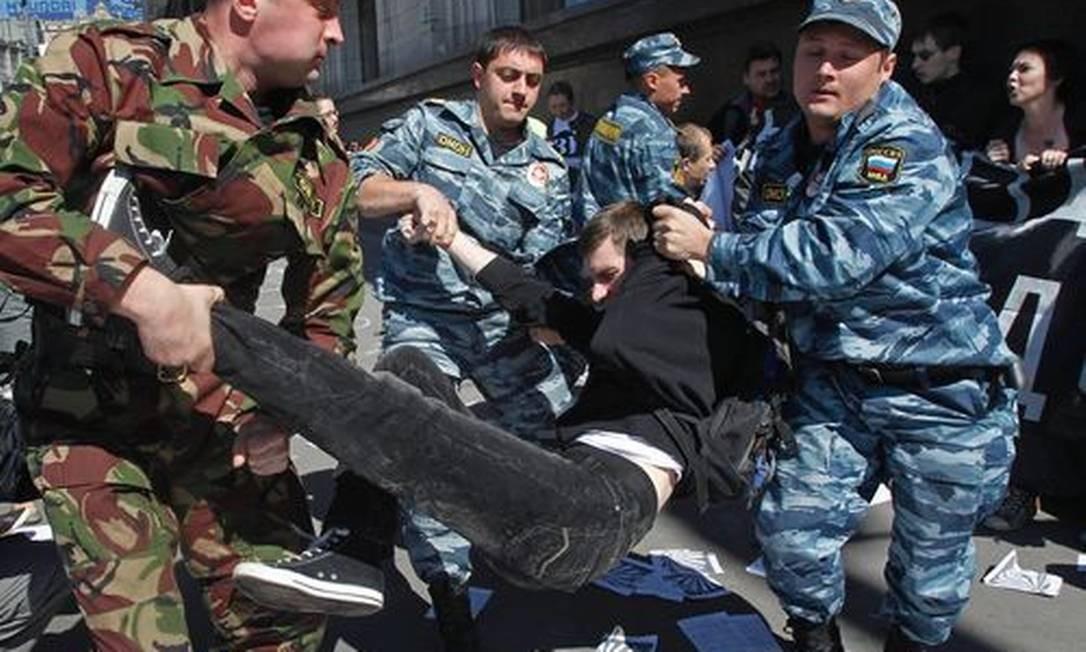 Policiais prendem manifestantes que protestavam nesta terça-feira contra a aprovação do projeto de lei do lado de fora do Parlamento, em Moscou Foto: Misha Japaridze / AP