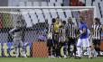 Aos 34 minutos, os jogadores alvinegros reclamam da marcação do pênalti