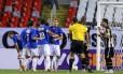 Renato reclama com o árbitro enquanto os jogadores do Cruzeiro comemoram um dos gols da virada