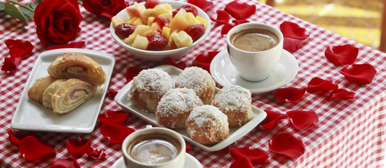 NA UNO & Due, a sugestão para o café da manhã é o pão lua de mel acompanhado de café com leite, croissant misto e salada de frutas Foto: Rafael Andrade