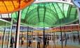 """O teto falso multicolorido projetado pelo artista Daniel Bruen enche o Grand Palais, de Paris, de cor na atual edição da exposição """"Monumenta""""."""