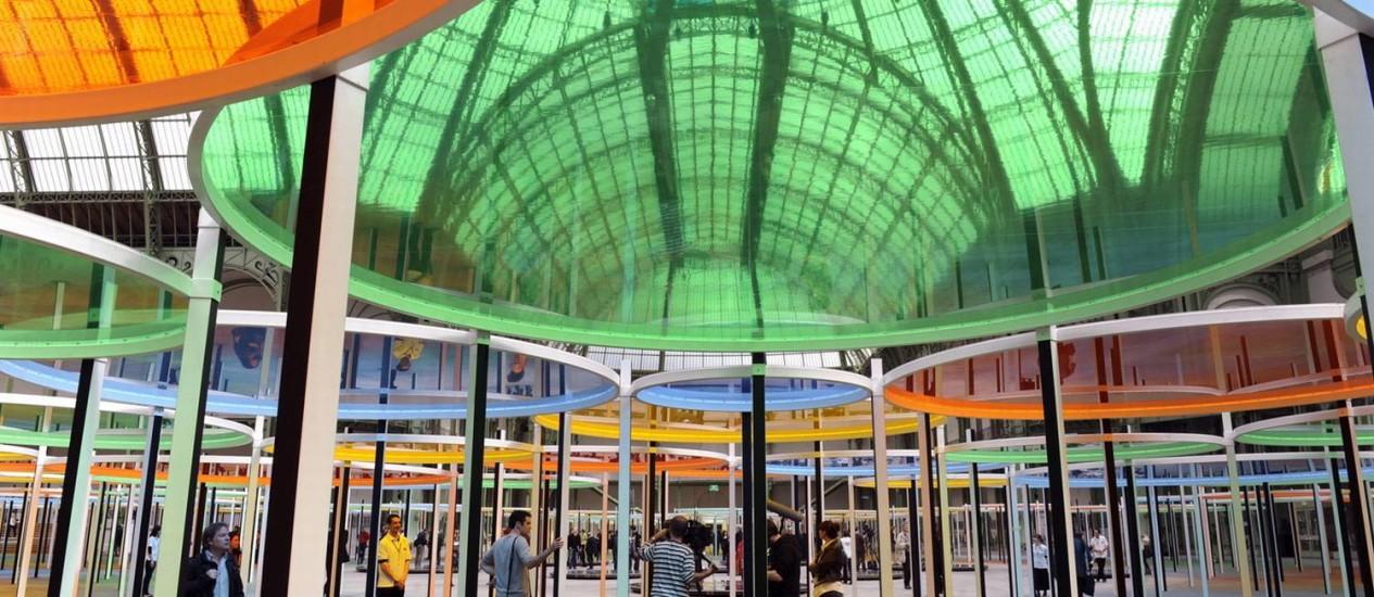 """O teto falso multicolorido projetado pelo artista Daniel Bruen enche o Grand Palais, de Paris, de cor na atual edição da exposição """"Monumenta"""". Foto: Divulgação"""