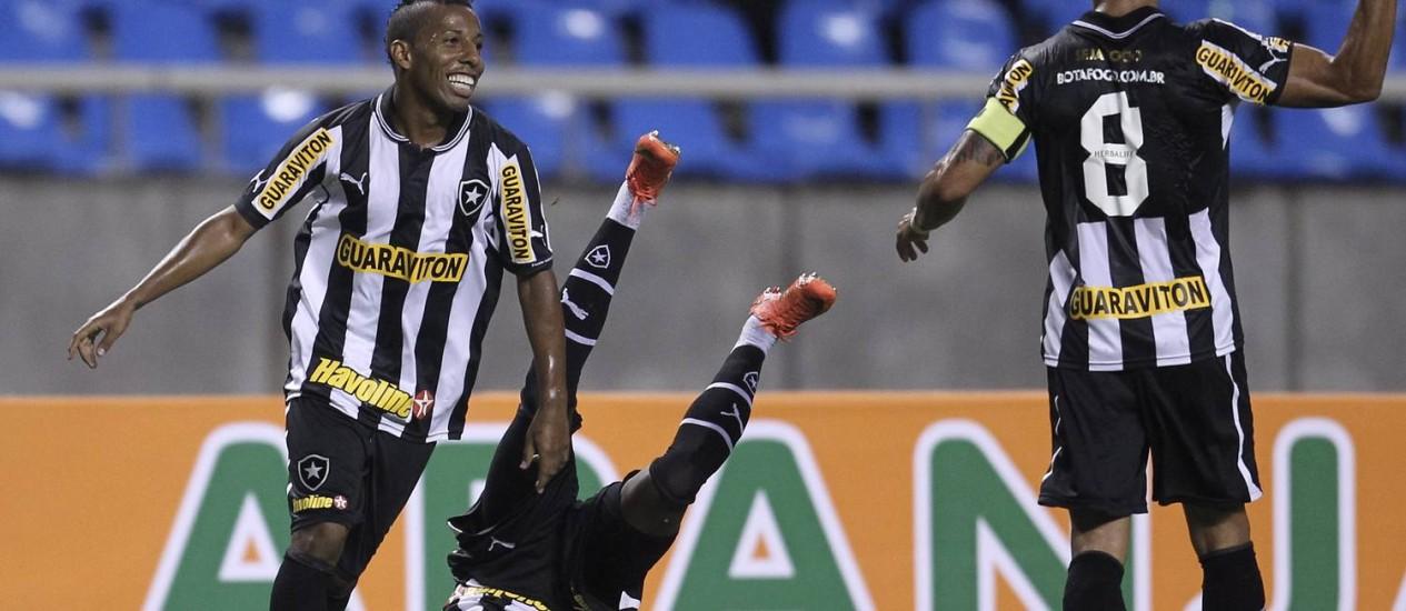 Um dos destaques do time, Vítor Júnior comemora gol no Engenhão Foto: Alexandre Cassiano / O Globo