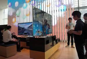 Crianças e adultos testam novos videogames no showroom da Samsung, no Centro de Seul Foto: Claudia Sarmento / Agência O Globo