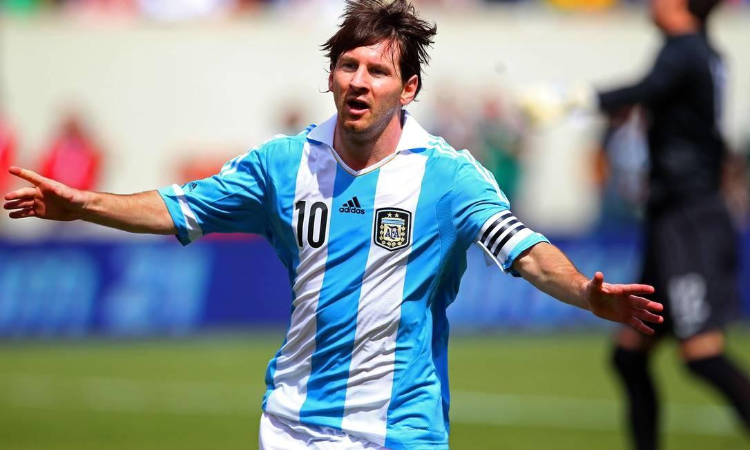 Messi comemora um de seus gols contra o Brasil Foto: AFP