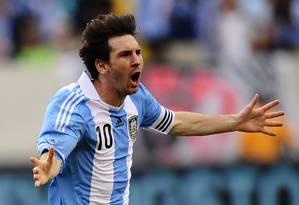 Lionel Messi comemora um dos três gols marcados contra a seleção brasileira Foto: Mehdi Taamallah / AFP