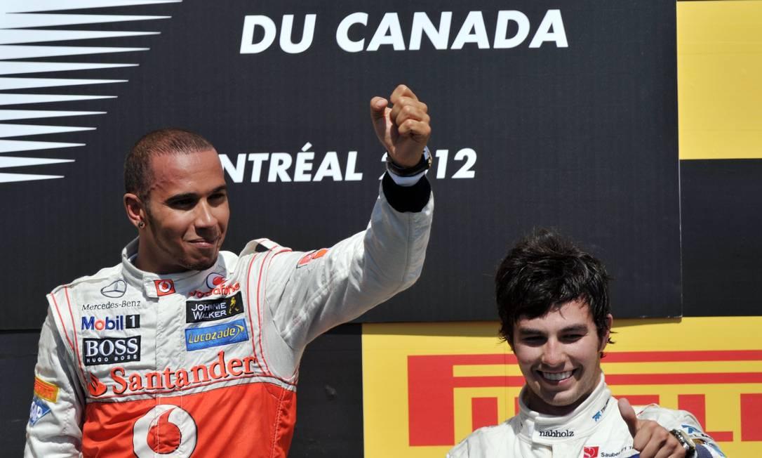 Ao lado de Sérgio Perez, Lewis Hamilton comemora a vitória no GP do Canadá de Fórmula-1 AFP