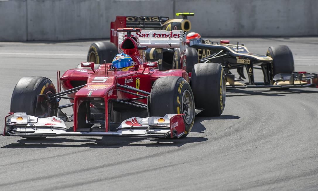 Fernando Alonso e Romain Grosjean dividem a curva AFP