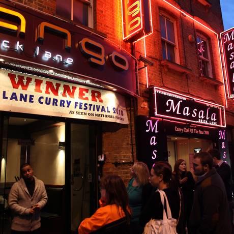 Em Brick Lane, uma das mais famosas ruas de imigrantes de Londres, há mais de 50 restaurantes étnicos Foto: Luke Wolagiewicz / The New York Times