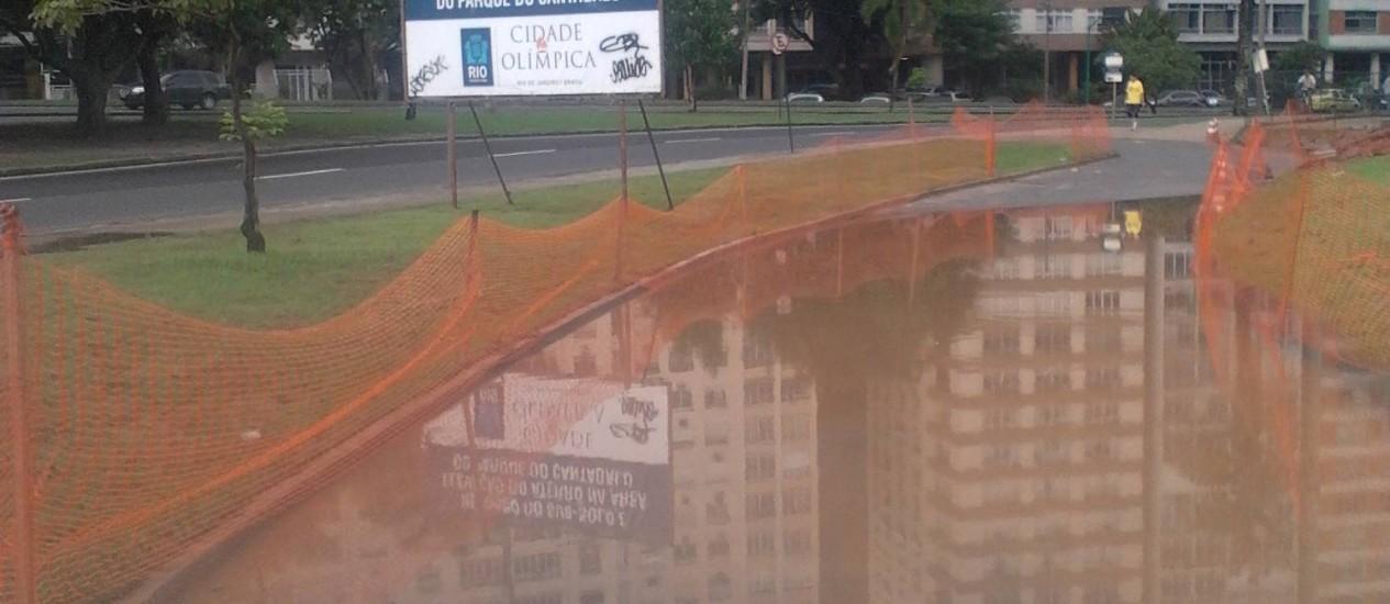 Temporal alaga trecho em obras para contenção de enchentes na orla da Lagoa, na Zona Sul Foto: Foto do leitor Leonardo Drummond / Eu-repórter