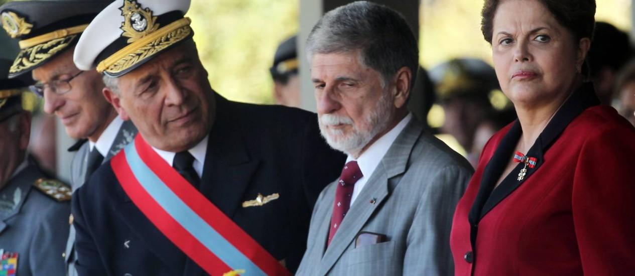 Comandante da Marinha observa Dilma Rousseff e o ministro da Defesa, Celso Amorim Foto: O Globo / Gustavo Miranda