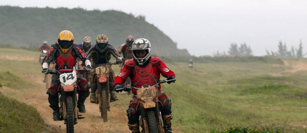 Motociclistas fazem trilha na Serra das Emerências, em Búzios Foto: Hudson Pontes / O Globo