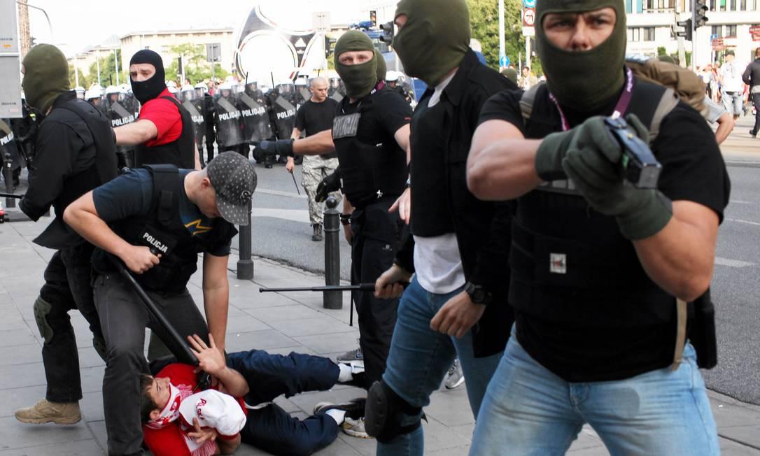 O clima ficou tenso nas ruas de Varsóvia, com torcedores da Polônia e da Rússia, que se enfrentaram pelo grupo A da Eurocopa, brigando a caminho do estádio. Confira as fotos Reuters
