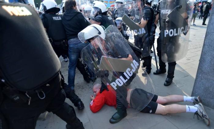 Torcedor polonês é detido antes do jogo entre Rússia e Polônia em Varsóvia AFP