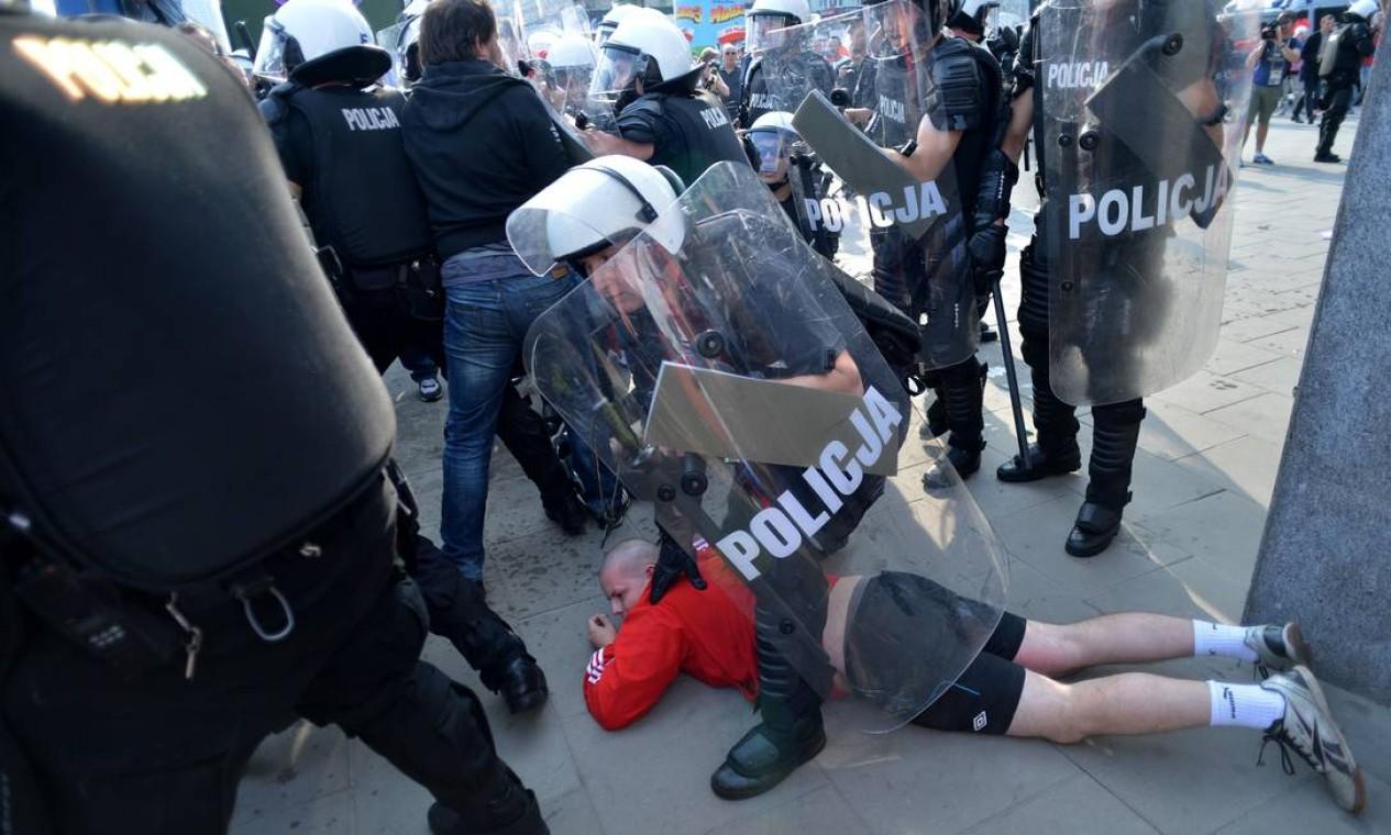 Torcedor polonês é detido antes do jogo entre Rússia e Polônia em Varsóvia Foto: AFP