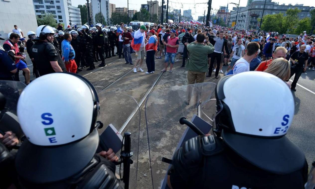 Torcedores russos se concentram do lado de fora do Estádio Nacional de Varsóvia Foto: AFP