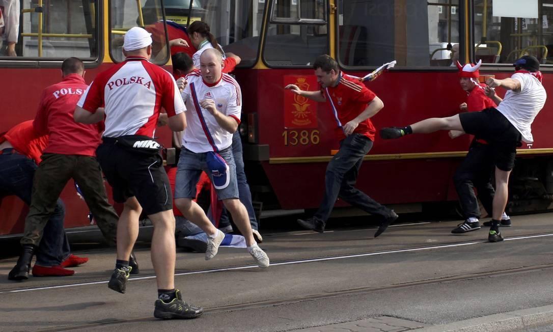 Torcedores russos e poloneses se enfrentam antes da partida pela Eurocopa Reuters