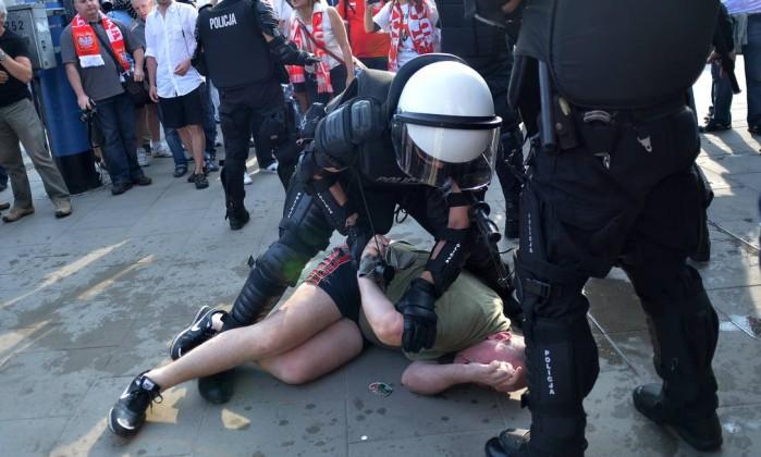 A polícia teve trabalho com os torcedores antes da partida entre Polônia e Rússia AFP