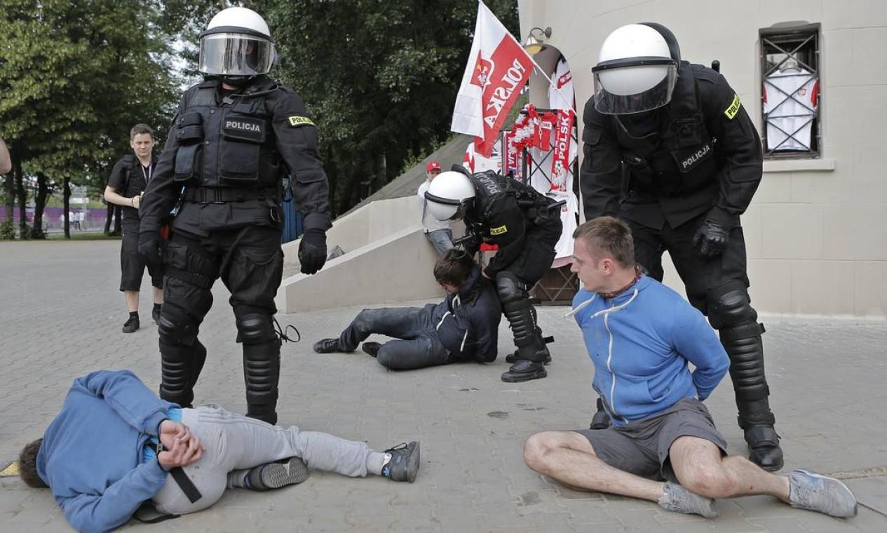 Policiais prendem dois torcedores antes do jogo Foto: AP