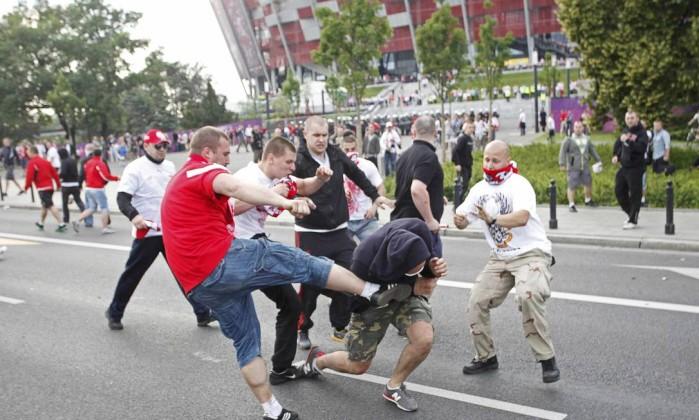 Cenas de violência foram corriqueiras do lado de fora do estádio Reuters