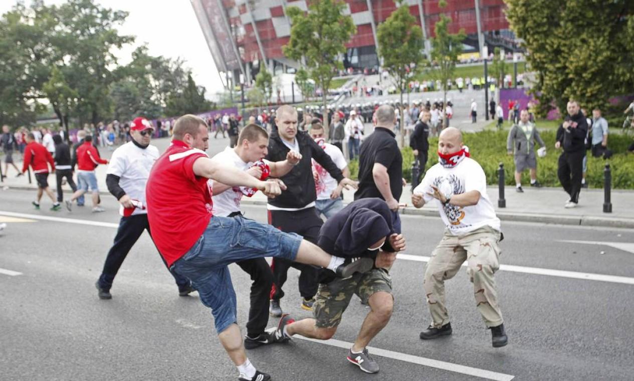 Cenas de violência foram corriqueiras do lado de fora do estádio Foto: Reuters