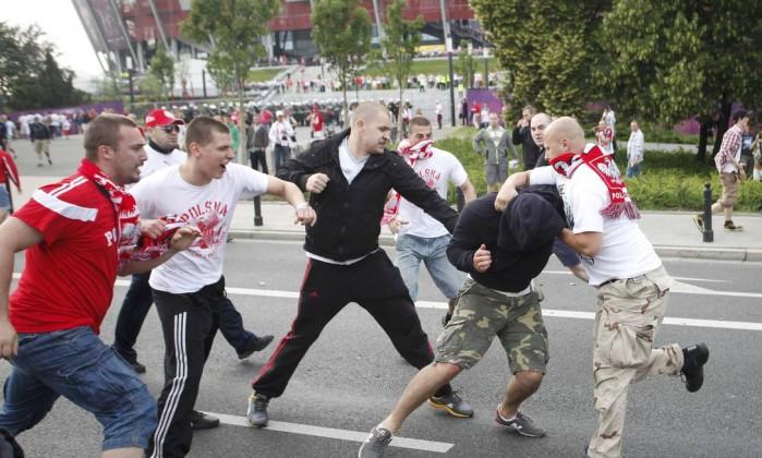 Poloneses agridem russo antes da partida entre as duas seleções na Euro Reuters