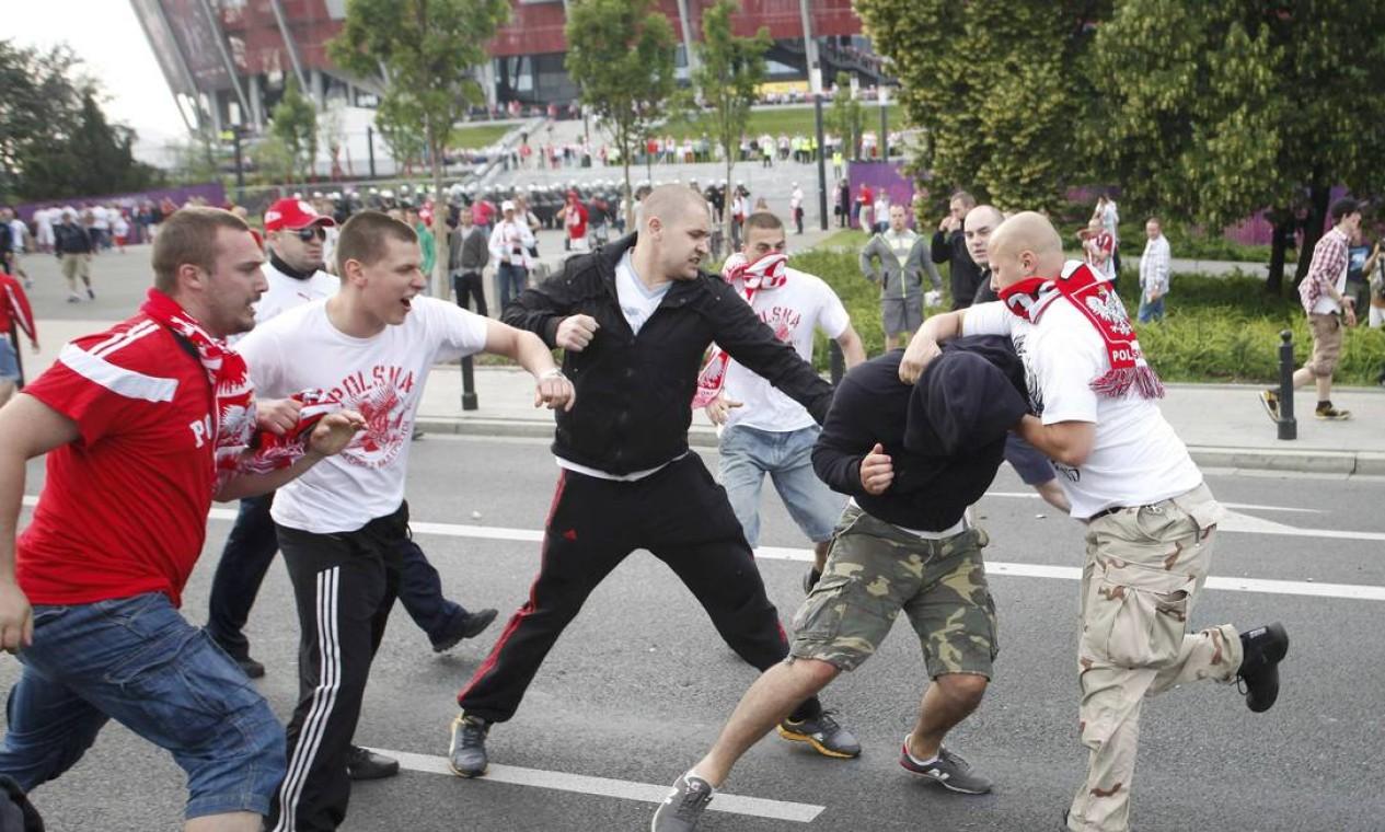Poloneses agridem russo antes da partida entre as duas seleções na Euro Foto: Reuters