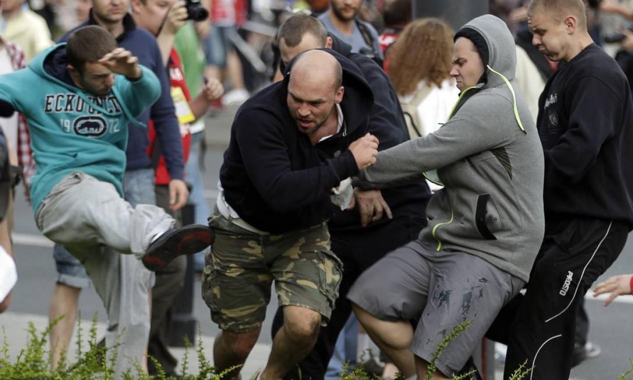 Chutes e pontapés para todos os lados antes do jogo entre Polônia e Rússia Foto: AP