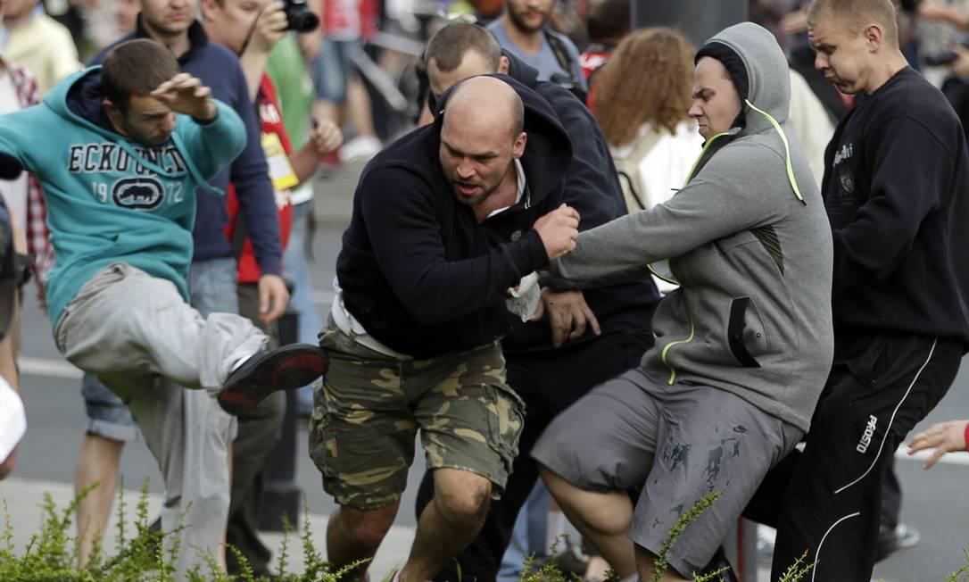 Chutes e pontapés para todos os lados antes do jogo entre Polônia e Rússia AP