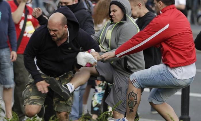 As ruas de Varsóvia viraram praça de guerra antes do jogo entre Polônia e Rússia AP