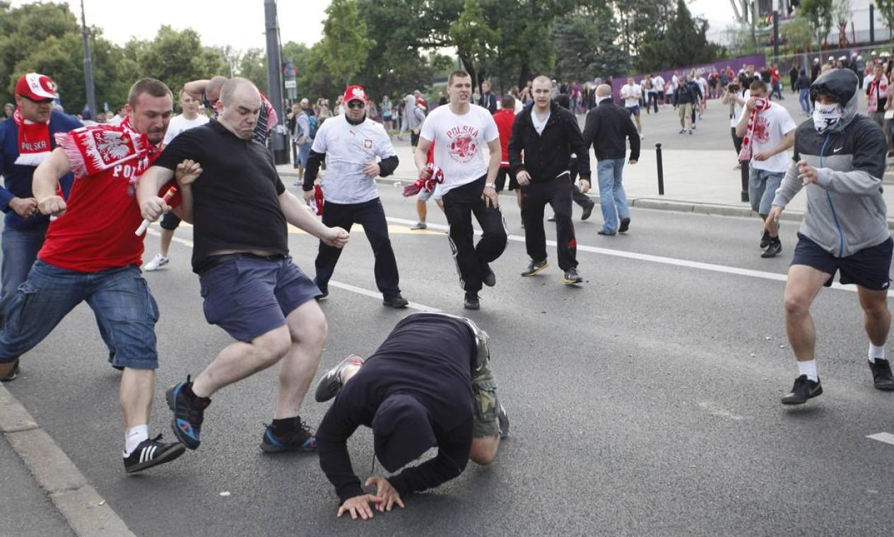 Mais uma triste cena de violência antes do jogo pela Eurocopa Foto: Reuters