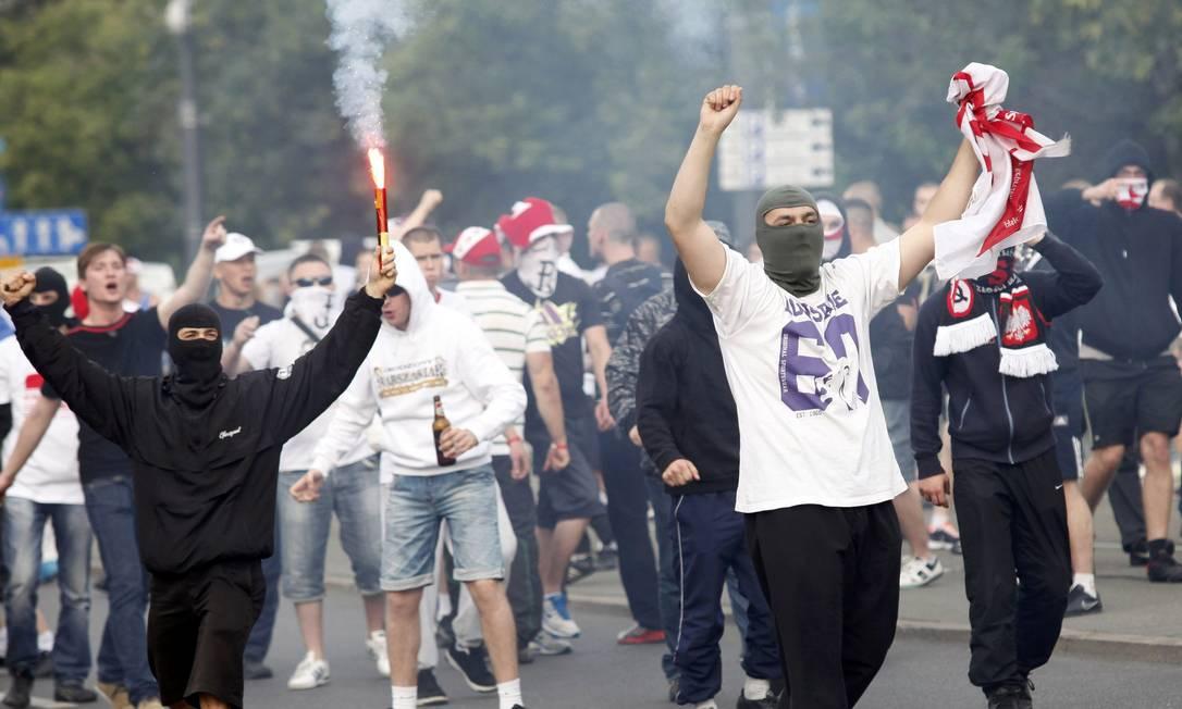 Poloneses provocam torcedores russos do lado de fora do Estádio Nacional de Varsóvia Reuters