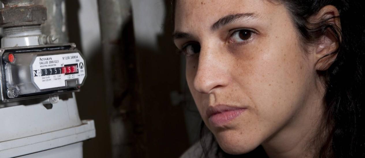 Júlia Pires enfrenta problemas com a CEG para solucionar um vazamento Foto: Paula Huven / Agência O Globo