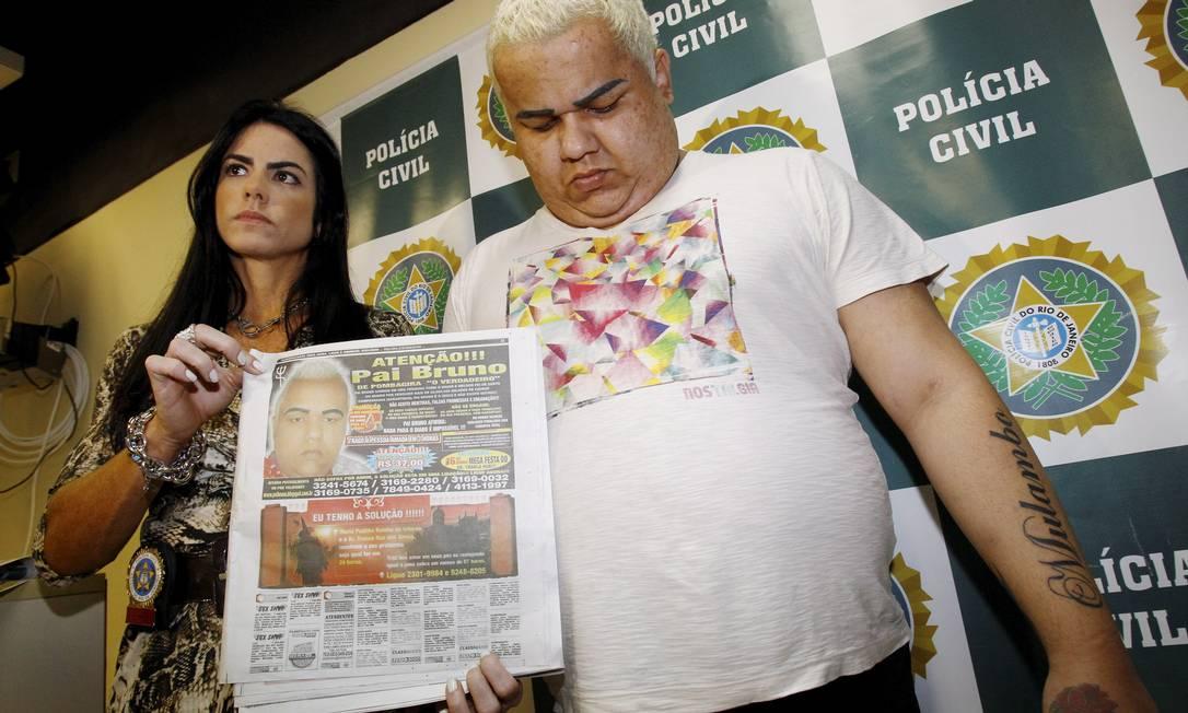 Edmar Santos de Araújo ao lado da delegada Flávia Monteiro, que mostra anúncio do golpista em jornal Foto: Fernando Quevedo / O Globo